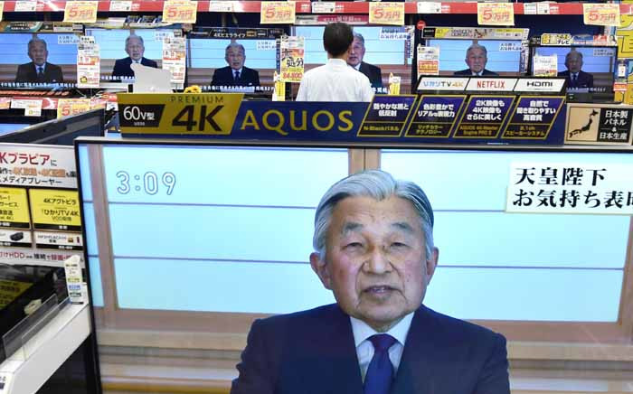 Television screens show a speech by Japanese Emperor Akihito to the nation while displayed at an electronics shop in Tokyo on 8 August 2016. Picture: AFP.