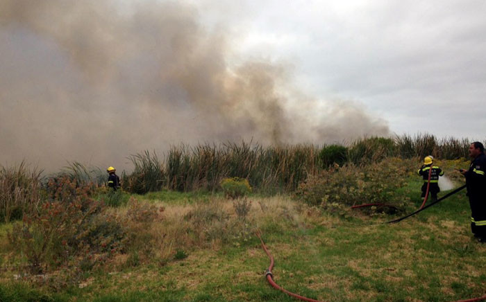 A fire has broken out in the Blaauwberg area near the Dolphin Beach Hotel. Picture: Lauren Isaacs/EWN.