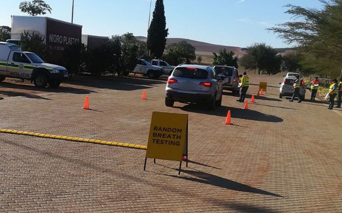 Random breath testing officers testing motorists on the N7, Moorreesburg. Picture: @WCGovSafelyHome/Twitter.