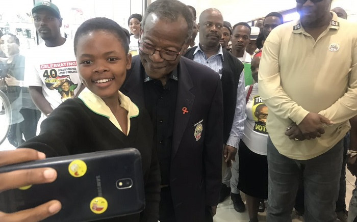 IFP leader Mongosuthu Buthelezi takes a selfie at Mega City Mall in Umlazi on 3 March 2019. Picture: Ziyanda Ngcobo/EWN