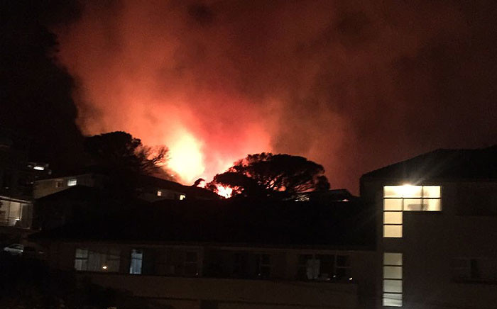 Fire crews battled a large vegetation blaze in the Vredehoek and Oranjezicht areas on 17 January 2017. Picture: Supplied.