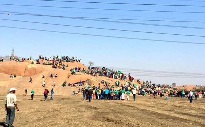 Groups of miners and union members make their way towards the koppie singing as the 16 August marks three years anniversary of the Marikana shooting. Picture:  Emily Corke/EWN.