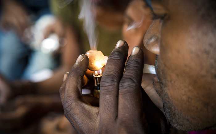 FILE: A heroin addict using a glass pipe or 'lolly' in Woodstock, Cape Town. Picture: Thomas Holder/EWN.