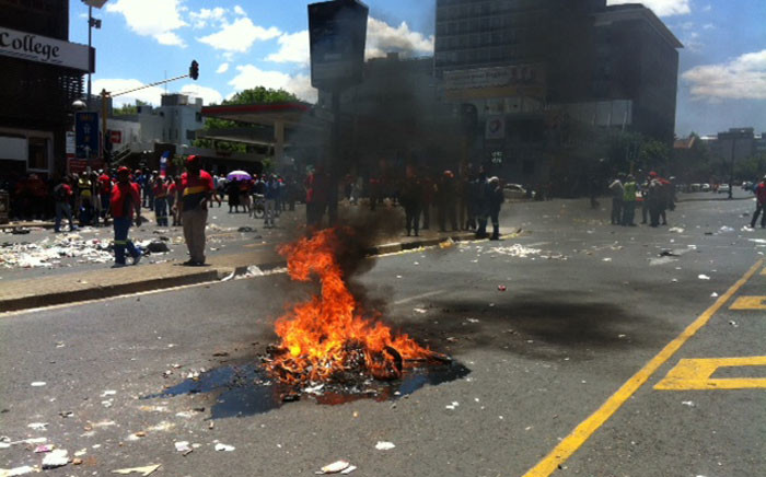 Pikitup employees affiliated to Samwu embarked on an unprotected strike through the streets if Johannesburg. Picture: Kgothatso Mogale/EWN.