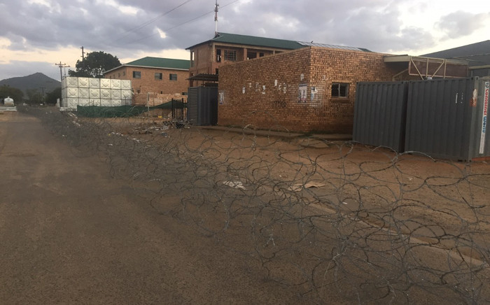 Barbed wire has been placed around a local shopping complex in Vuwani. Picture: Kgothatso Mogale/EWN.