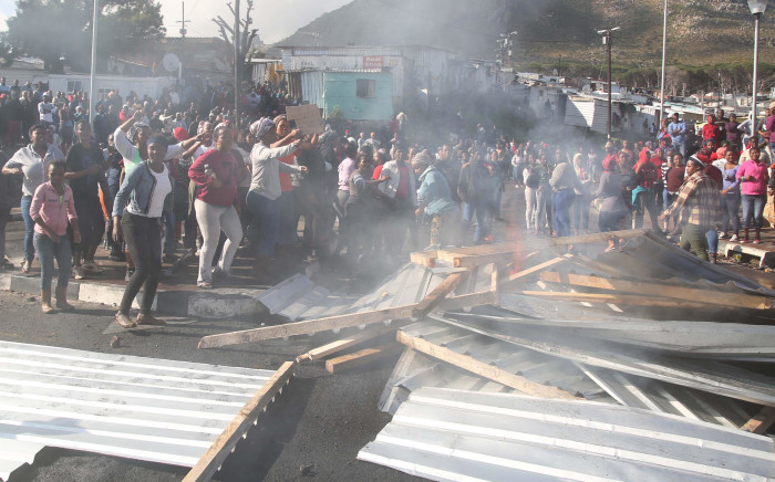 FILE: Imizamo Yethu residents protest outside the Hout bay Police station. As the winter cold sets in and living conditions in the structures become unbearable, residents want the city to move them onto land they can call their own. Picture: Bertram Malgas/EWN