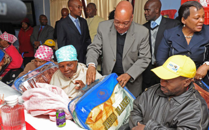 President Jacob Zuma accompanied by Gauteng Premier Nomvula Nomvula Mokonyane, Deputy Minister in the Presidency Obed Bapela and Johannesburg Mayor Parks Tau handed out blankets and gowns to the elderly people of Alexandra. Picture: GCIS.