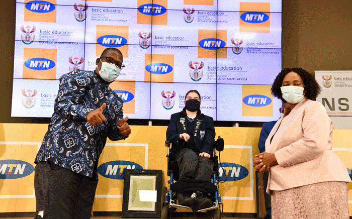 Gauteng Education MEC Panyaza Lesufi (L), Basic Education Minister Angie Motshekga (R) and one of the top performers (C) at the announcement of the results of the 2020 National Senior Certificate (NSC) examinations on 22 February 2021 in Pretoria. Picture: GCIS.