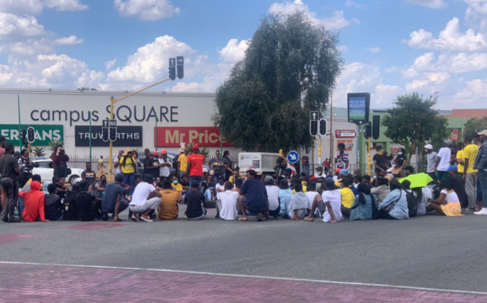 Student protesters block an intersection off University Road & Kingsway Avenue in Auckland Park on 15 March 2021. Picture: @JoburgMPD/Twitter