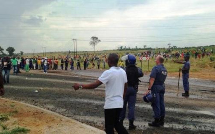 Residents of the Bronkhorstspruit area await the arrival of Tshwane Mayor Kgosientso Ramokgopa, 6 February 2014. Picture: Masego Rahlaga/EWN.