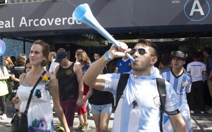 Argentinian soccer fans chant as they make their way to the Maracanã Stadium in Rio de Janeiro, Brazil ahead of Argentina vs Germany 2014 Fifa World Cup final on 13 July 2014. Picture: Christa Eybers/EWN.
