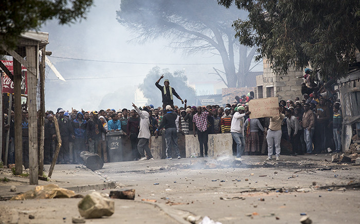 FILE: A crowd of roughly 400 strong protesters in Masiphumelele township, Cape Town, taunt police after numerous failed negotiations to end the violence exchanges between some angry residents and Public Order Police. Picture: Thomas Holder/EWN