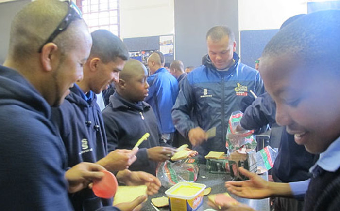 Cobras coach Paul Adams and his team do their bit for Mandela Day at Thandokhulu Secondary School in Mowbray. Picture: Alicia Pillay/EWN