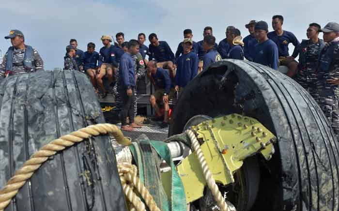 Indonesian navy divers rest after recovering the wheels of the ill-fated Lion Air flight JT 610 from the sea, north of Karawang on 2 November 2018. Picture: AFP.