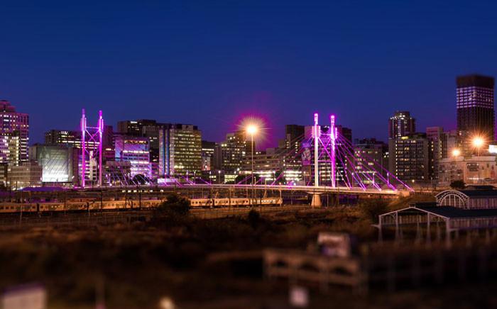 Pink light illuminate the Nelson Mandela Bridge in a cancer awareness drive run by the City of Johannesburg and Estee Lauder. Picture: Estee Lauder Twitter: @EsteeLauderSA/Twitter.