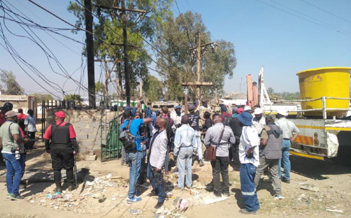 Eskom technicians, along with the Red Ants and police, cut illegal power connections in Diepsloot on 29 September 2020. Picture: @JoburgMPD/Twitter