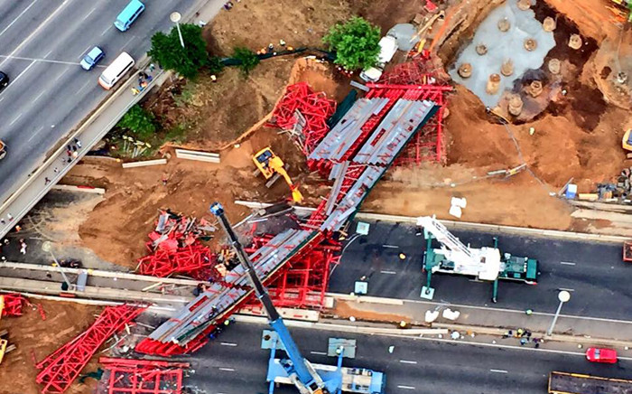 An aerial view of the scene of the collapsed temporary bridge over the M1 in Sandton where scaffolding caved in passing cars. Picture: Aki Anastasiou/EWN.