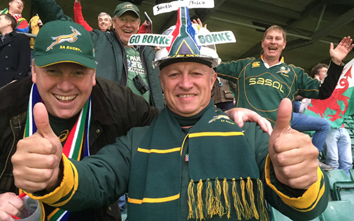 Springbok fans give the team the thumbs up after they defeated Wales in the Rugby World Cup quarterfinal at Twickenham. Picture: Vumani Mkhize/EWN.