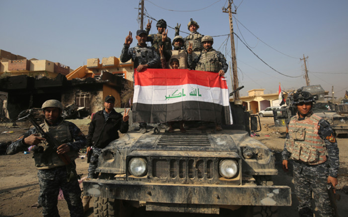 Iraqi forces flash the sign for victory in the Hamam al-Alil area, about 14 kilometres from the southern outskirts of Mosul, on 7 November, 2016. Picture: AFP.