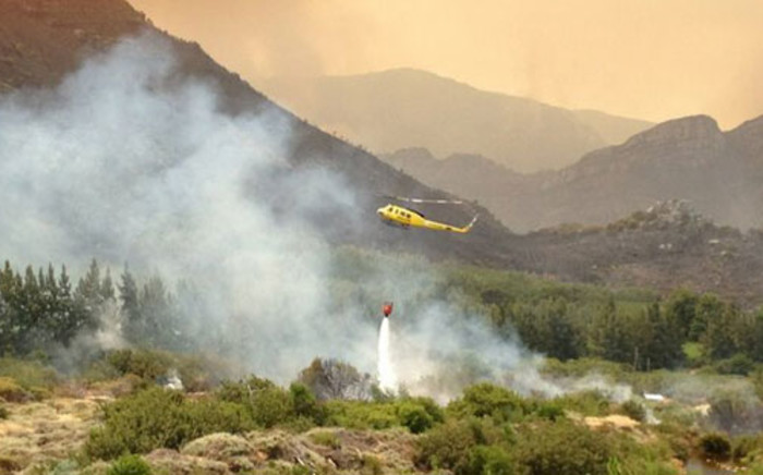 FILE: A helicopter bombs a runaway vegetation fire on the Cape Winelands. Picture: Regan Thaw/Eyewitness News.