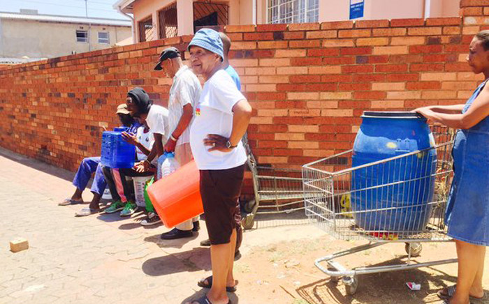FILE: Johannesburg residents waiting for a water tanker to arrive to collect water in containers on 11 November 2015. Picture: Dineo Bendile/Eyewitness News