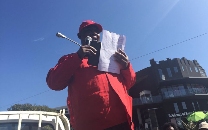 FILE: Gauteng SACP secretary Jacob Mamabolo addresses picketers outside SABC offices in Johannesburg, on 06 July 2016. Picture: Dineo Bendile/EWN