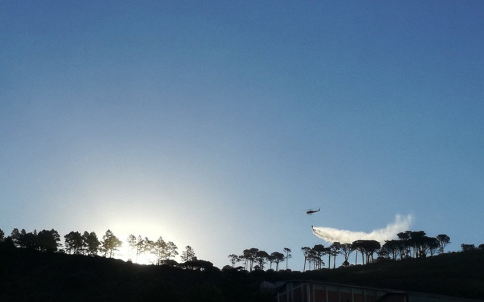 One of three helicopters assisting firefighters on Signal Hill. Picture: Twitter/ @JulzJoubert.