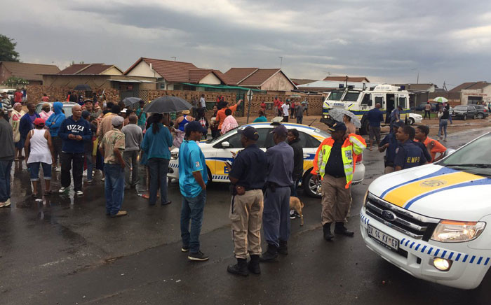 Reiger Park residents have barricaded roads in Reiger Park on the east rand in protest against what they say is an unfair housing list. Picture: Thomas Holder/EWN