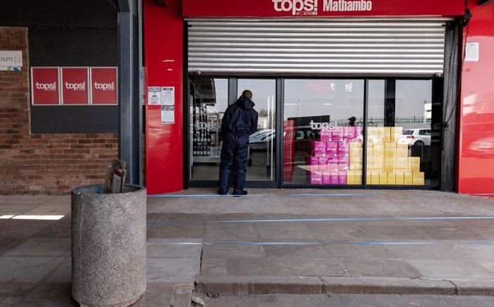 FILE: A closed Spar Tops store at the Spruitview Shopping Centre in Vosloorus, Ekuerhuleni on the eve of the alcohol ban lifting on 17 August 2020. Picture: EWN.