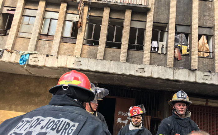 FILE: Johannesburg firefighters on the scene of the fire in Nugget Street, Johannesburg. Picture: Hitekani Magwedze/EWN