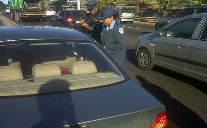 A Cape Town motorist is pulled over on 5 July 2012 during a crackdown on cell phones in cars. Picture: Graeme Raubenheimer/EWN