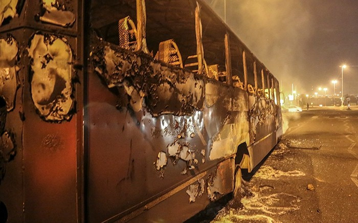 FILE: Several buses were torched during overnight protests in Mabopane north of Pretoria on 21 June 2016 when looters went on the rampage. Picture: Reinart Toerien/EWN.