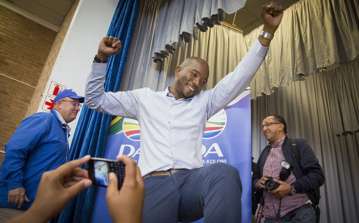 FILE: DA leader Mmusi Maimane dances on stage at a community hall in Bethelsdorp, Port Elizabeth, as party supporters welcome campaigning politicians on 24 June 2016. Picture: Aletta Harrison/EWN.