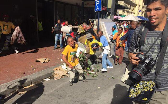 FILE: Chaos broke out in the Cape Town CBD during the Samwu strike. Samwu members are running amok. Picture: Xolani Koyana/EWN.