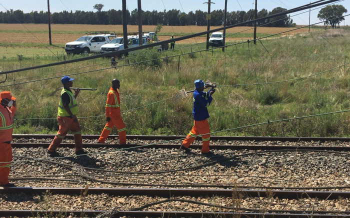 Clean-up operations begin at the scene of a train crash in Kroonstad, Free State. Picture: Sethembiso Zulu/EWN.