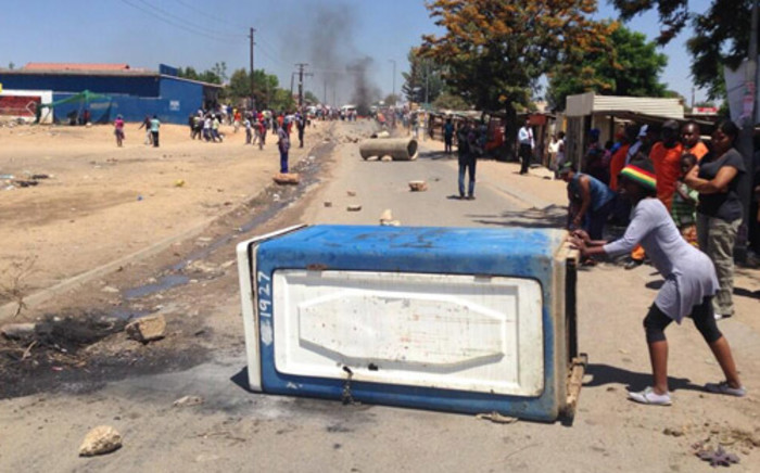 FILE: Angry Diepsloot residents vent their frustrations over the murder of cousins Zandile and Yonalisa Mali. Picture: Lesego Ngobeni/EWN