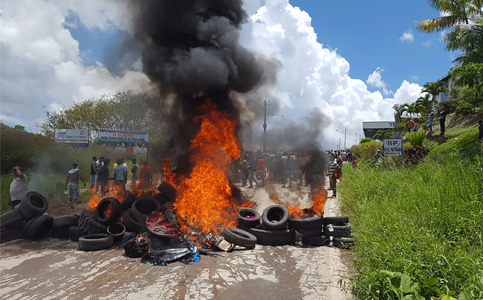 Residents of the Brazilian border town of Pacaraima burn tyres and belongings of Venezuelans immigrants after attacking their two main makeshift camps, leading them to cross the border back into their home country on 18 August 2018. Picture: AFP