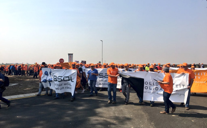 Thousands of white workers affiliated to Solidarity gathered in the hot dusty area in Secunda just a few kilometres away from the Sasol plant. Picture: Katleho Sekhotho/EWN.