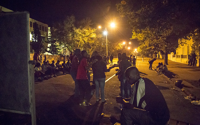 Rhodes students camp out by the roadblock last night on the corners of Somerset and Prince Albert Streets in Grahamstown after protests continued through the night. Picture: Thomas Holder/EWN.