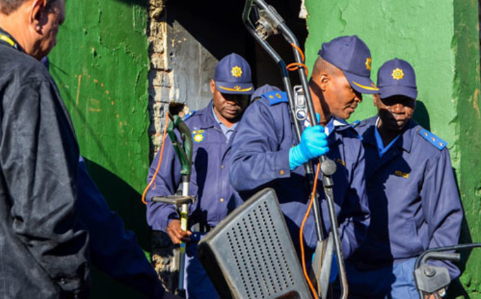 Police raid a house in Westbury, Johannesburg, on 26 June looking for drugs. Picture: Michelle Lubbe/EWN