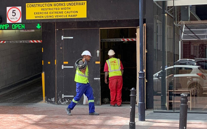 FILE: Construction workers at a site in Cape Town on 25 March 2020. Picture: Kaylynn Palm/EWN.