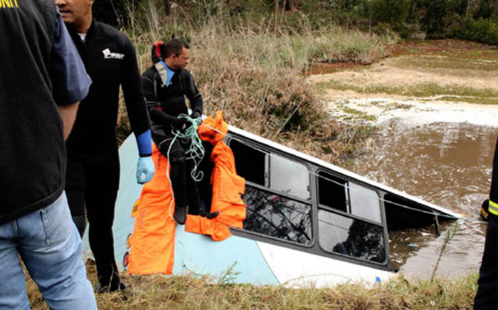 Police divers at the scene of an accident where 15 people died and 44 were injured when a school bus plunged off a bridge and into a dam in Knysna on 24 August 2011. Picture: SAPA
