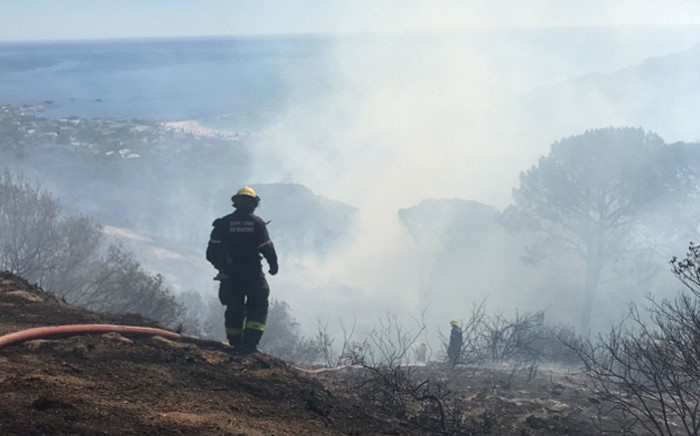 A firefighter battles to extinguish the fire on Kloof Nek near Camps Bay, Cape Town on 7 February 2019. Picture: Kaylynn Palm/EWN