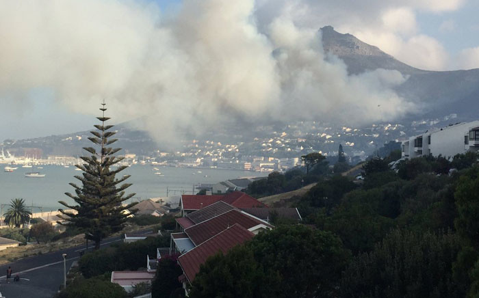 South-Easterly wind fanning flames along mountain slopes above Simon's Town. Picture: Kevin Brandt/EWN