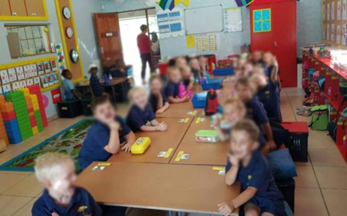 An image circulating on social media which shows black and white children seated at separate tables, apparently at Laerskool Schweizer Reneke.