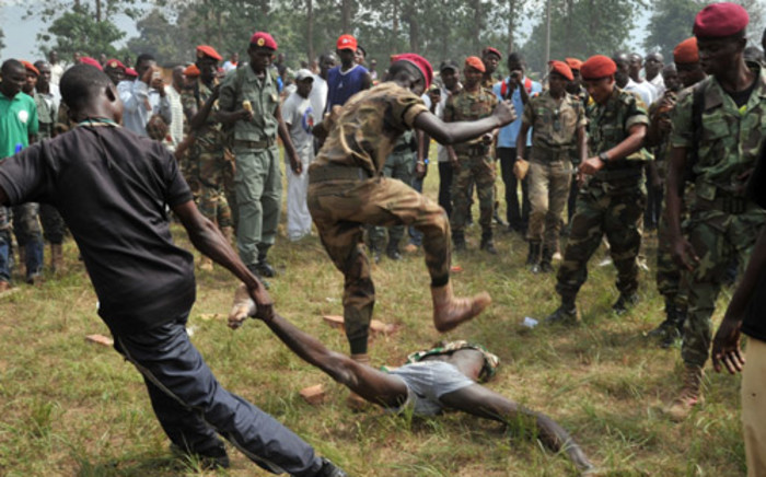 FILE: Members of the Central African Armed Forces (FACA) lynch a man suspected of being a former Seleka rebel at the end of an army re-enlisting ceremony on 5 February, 2014, in Bangui. Picture: AFP.