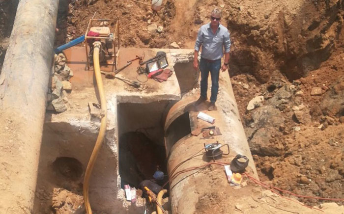 Workers do repairs on the burst water pipe in Johannesburg on 22 November 2017. Picture: @NicoDeJager64/Twitter