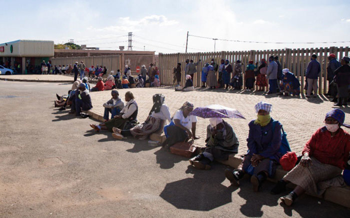 Senior citizens queuing for their monthly social grants at the South African Post Office at the Gold Sport shopping centre in Vosloorus, Ekurhuleni on 4 May 2020. Picture: Sethembiso Zulu/EWN