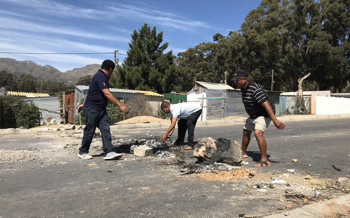 Sir Lowry's Pass Village residents agreed to clear roads blocked during demonstrations, as the city has vowed to roll out interim housing relief for the area. Picture: Kevin Brandt/EWN