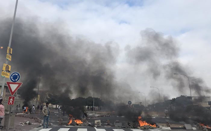 FILE: Protesting Khayelitsha residents barricaded roads with burning tyres during protests on 11 April 2019. Picture: Kaylynn Palm/EWN